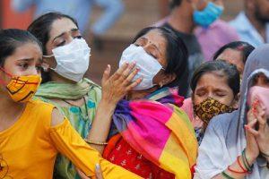 """""""نريد أكسجين"""": مواقع التواصل الاجتماعي ملاذ الهنود لطلب المساعدة بعد التفشي الرهيب لـ""""كورونا"""""""