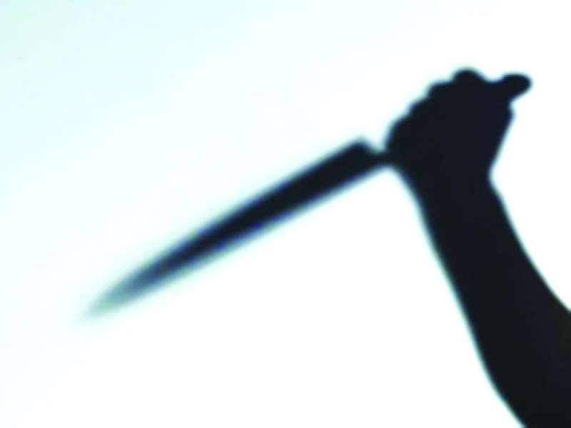مجرم يحمل سكينا