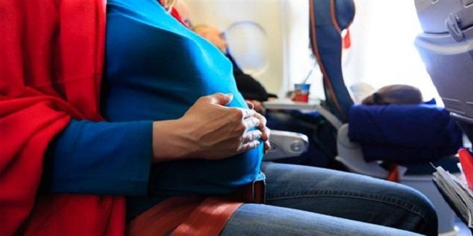مسافرة حامل على متن طائرة