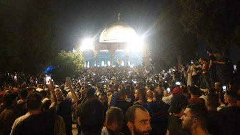 """استنفار """"إسرائيلي"""" في القدس والفلسطينيون يصلون الأقصى راجلين"""