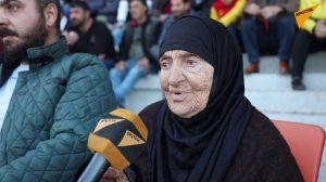 """لأنها """"تشرينية للموت"""".. مشجع حطيني يعتدي بالضرب على """"تاتا سعاد"""" ذات الـ90 عاما"""