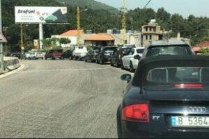 سفيرة كندا في لبنان تقف في طابور البنزين