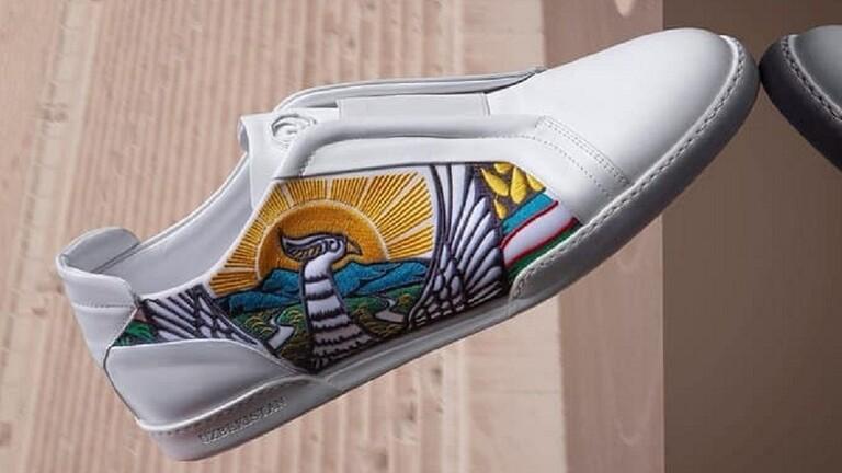 استخدام صور لشعار وعلم أوزباكستان في مجموعة أحذية جديدة