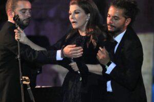 المطربة اللبنانية ماجدة الروميأثناء تعرضها للإغماء في مهرجان جرش
